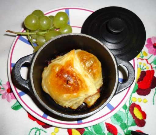 Hojaldre de queso de cabra en minicocotte